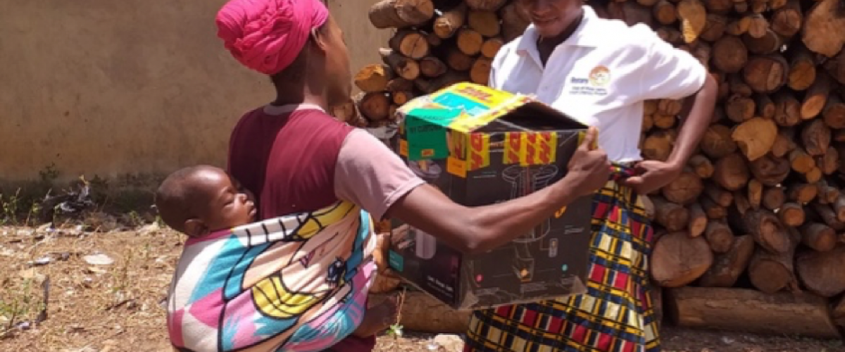 A woman receives an LPG stove equipped with a Nexleaf sensor